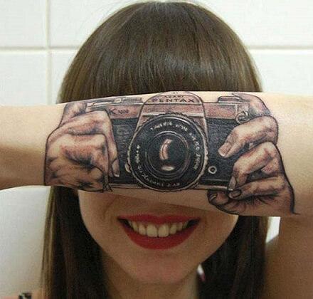 Tenemos muy claro que el arte urbano y los tatuajes son dos caras de la  misma moneda, dos formas de expresar artísticamente la pasión y dedicación  que