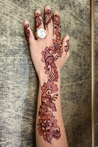 tattoo henna dedos y brazo