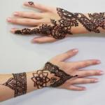 La tatuadora de henna Komal de Logia cuenta los misterios de este arte milenario