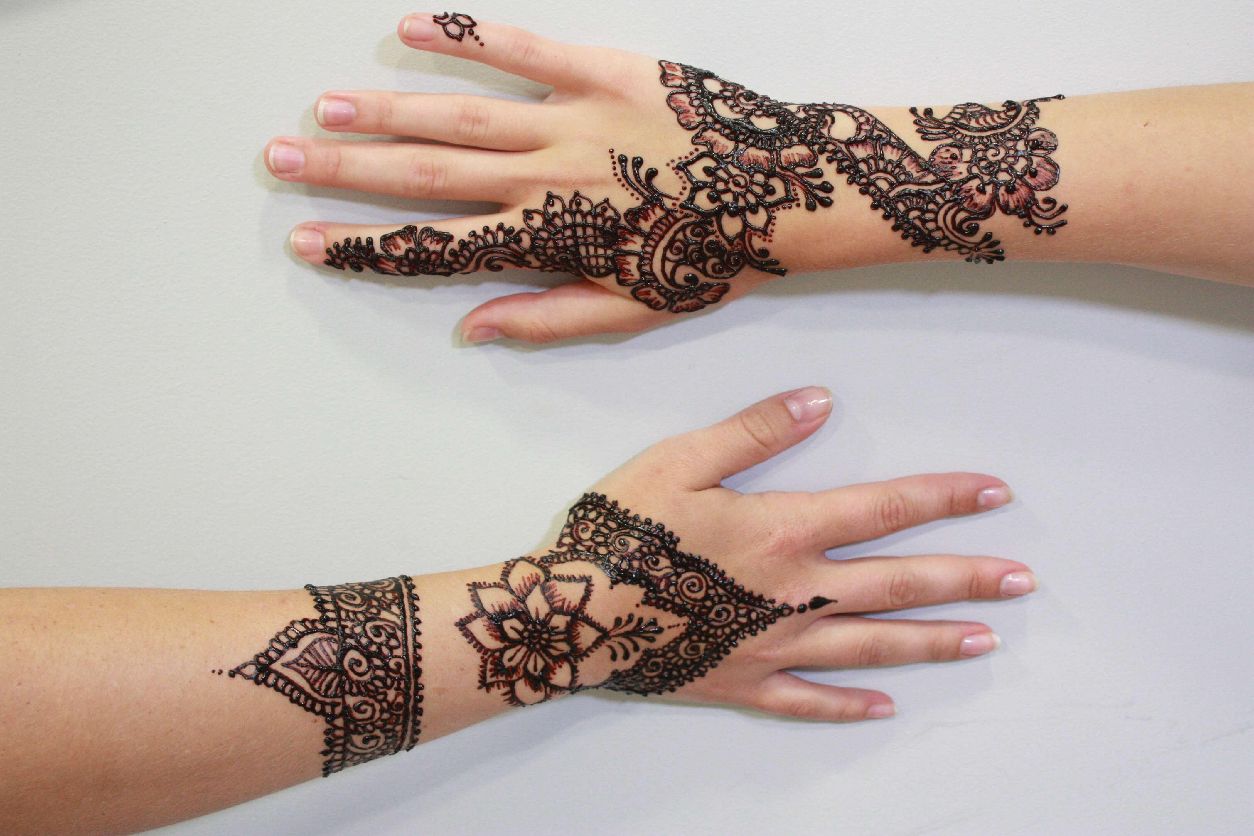 la tatuadora de henna komal de logia cuenta los misterios