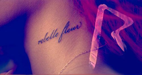 tatuaje Rihanna en el cuello