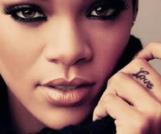 tatuaje de Rihanna en el dedo