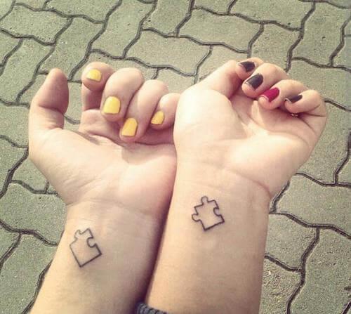 Cuando una empieza encaja es cómo cuando consigues congeniar mucho con alguien y tener un feeling especial, de ahí que este tatuaje se utilice entre amigos.