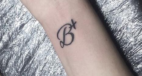 Tatuajes De Iniciales Los Que Nunca Pasan De Moda Tatuajes