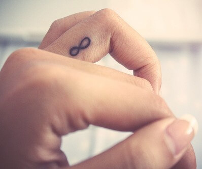 tatuajes pequeños en los dedos