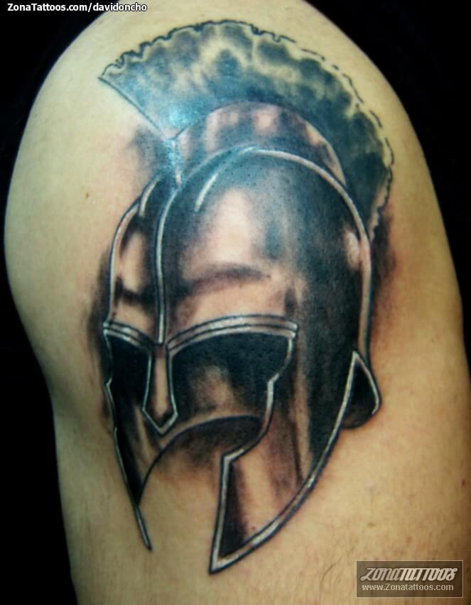También algunos símbolos como la cruz griega, el Minotauro conocido por ser una criatura mitad hombre y mitad toro, la Labrys, un término para un hacha de