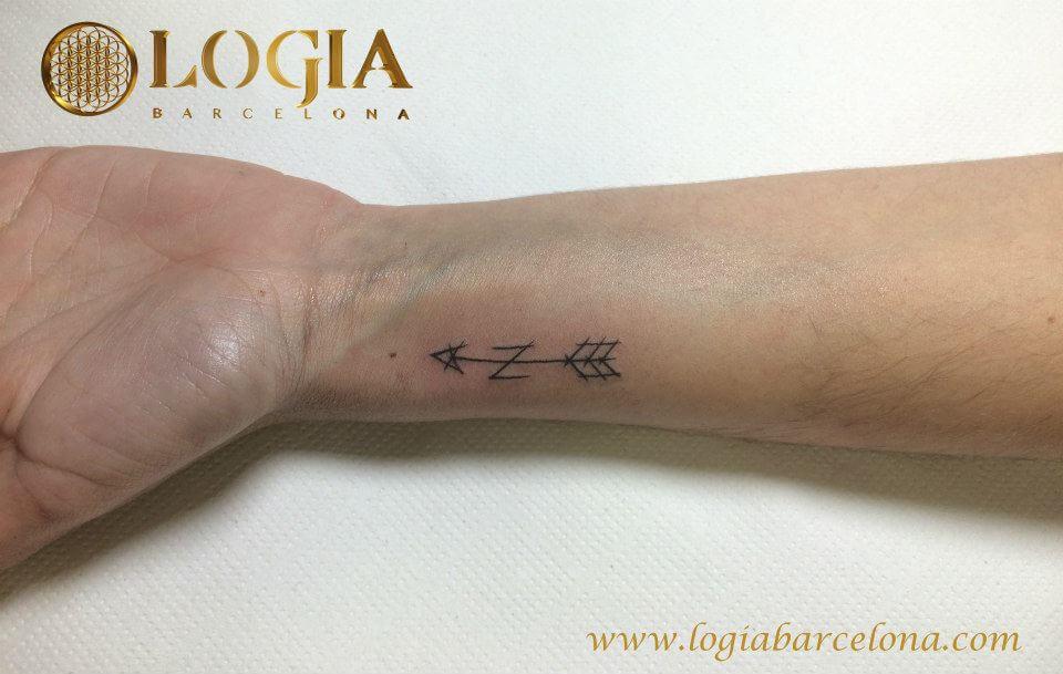 tatuaje muñeca flecha logia barcelona