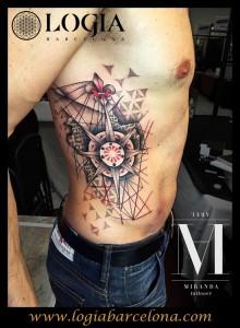 Tatuaje costado brújula