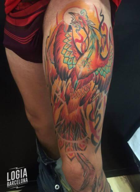 Tatuaje ave fenix fuego realista pierna Zoen Logia Barcelona