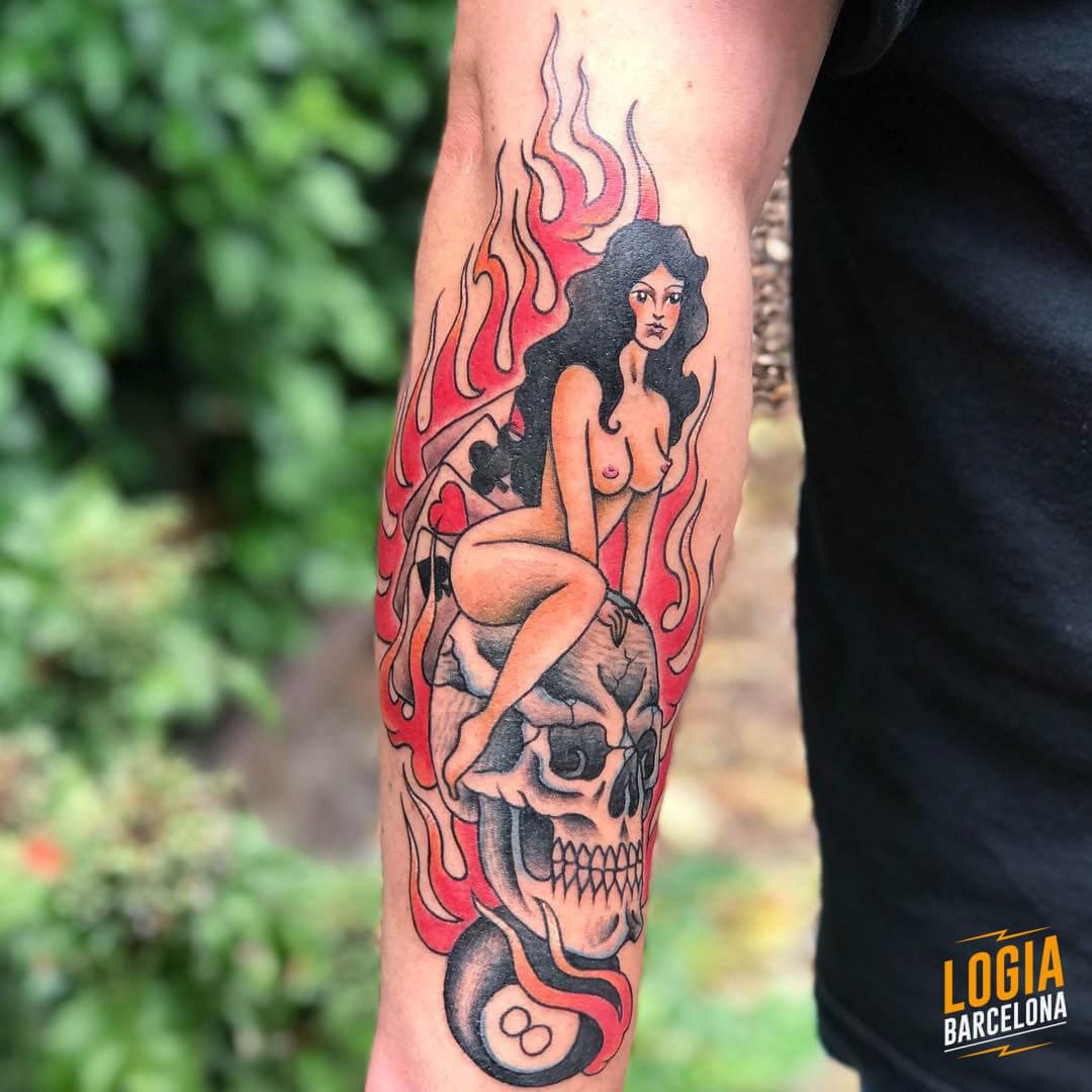 Tatuaje mujer calavera fuego bola ocho Laia Desole Logia Barcelona