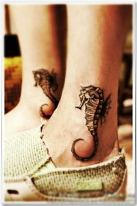 tatuajes de caballitos de mar tobillos