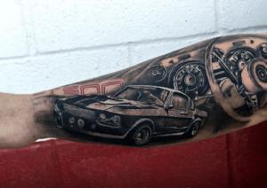 tatuaje coche brazo