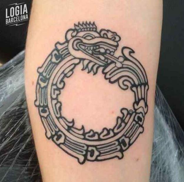 Tatuaje azteca serpiente emplumada Logia Barcelona