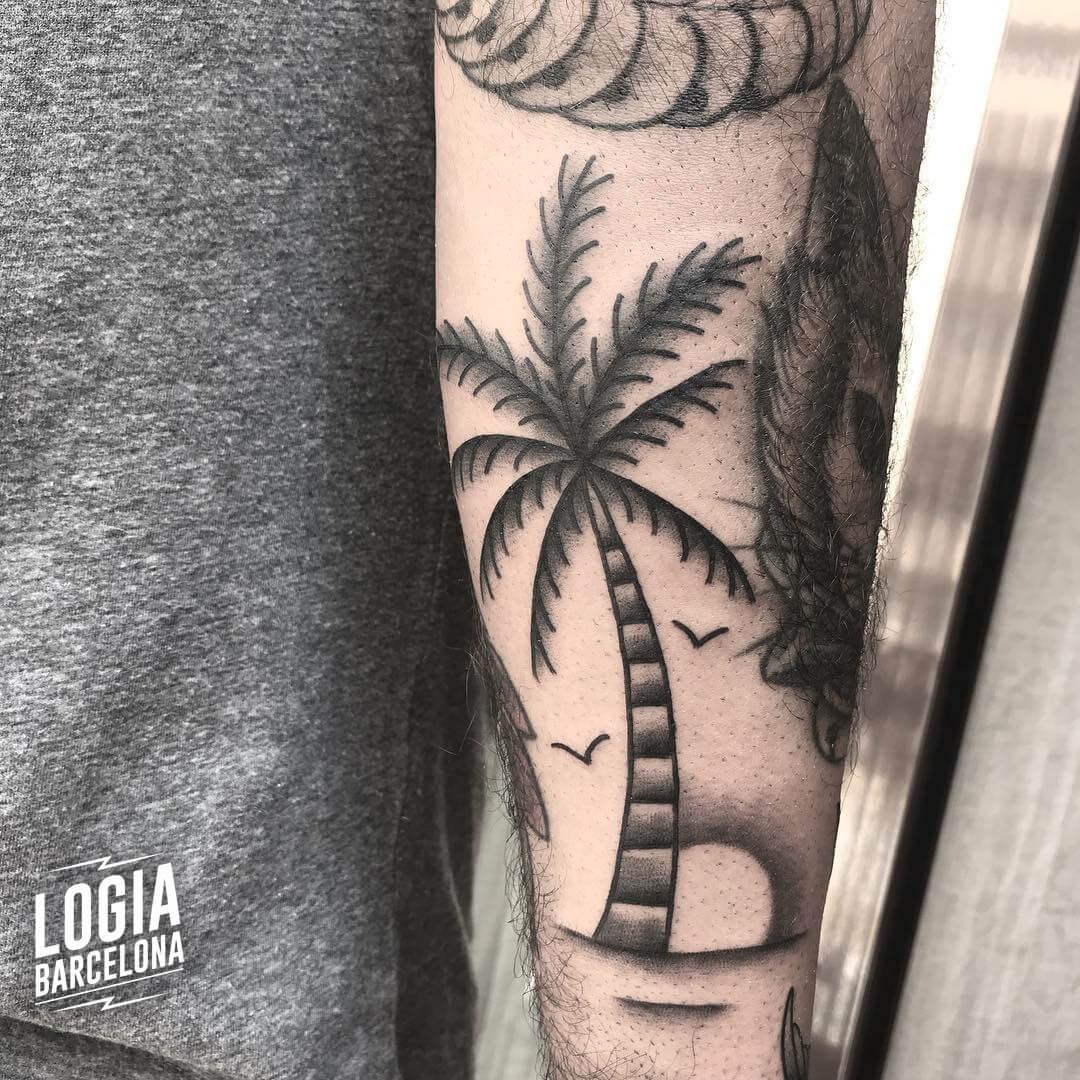 Tatuaje hawaiano palmera blackwork Laia Desole Logia Barcelona