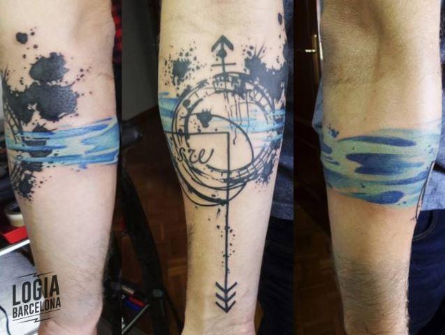 tatuaje flecha brujula