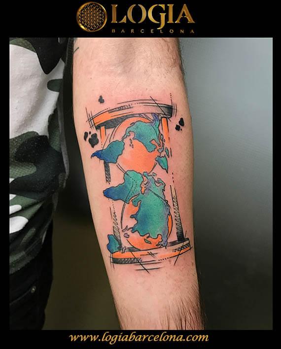 tatuaje reloj arena antebrazo