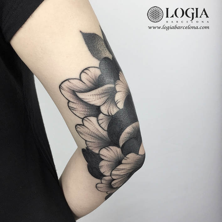 Tatuagem cotovelo flores LOGABARCELONA ANA Godoy