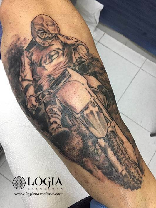 tatuaje motorista antebrazo Zoen