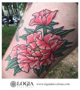 tatuaje flores muslo Logia Barcelona Laia