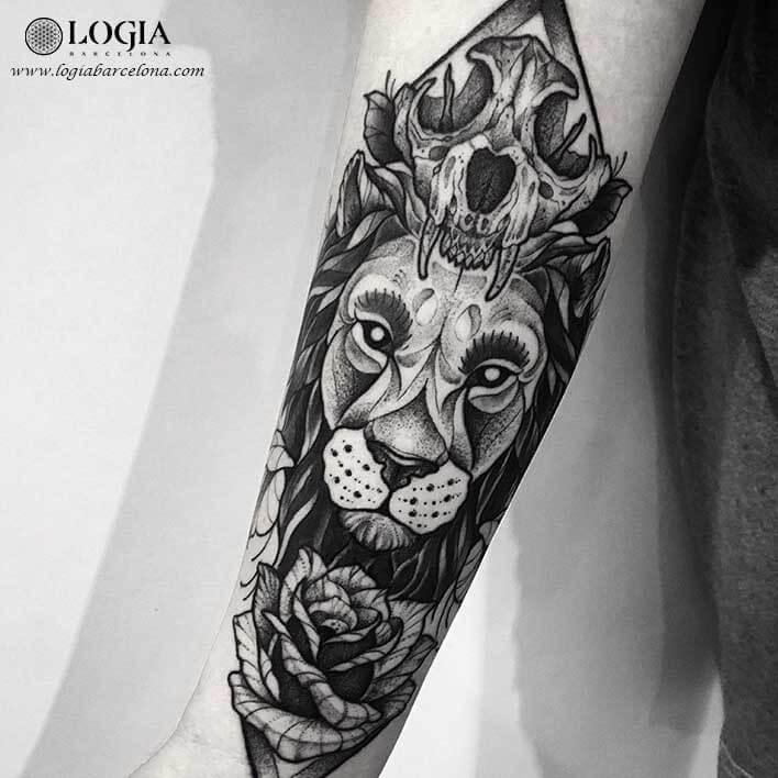 tatuaje brazo leon blackwork logia barcelona franki