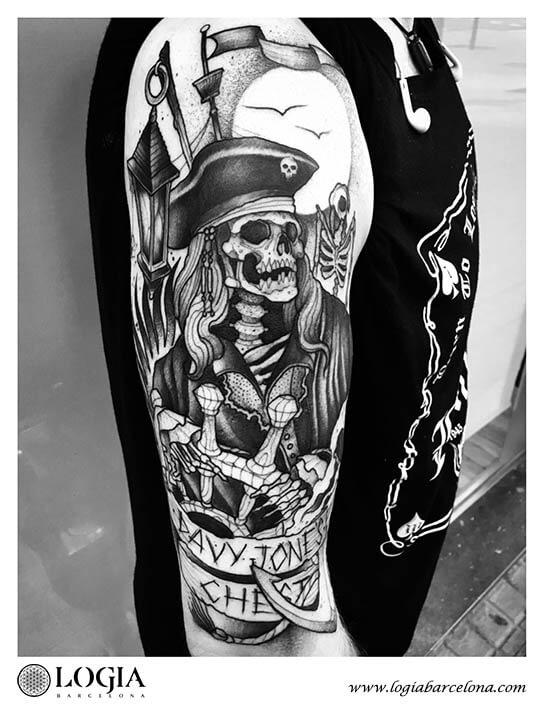 tatuaje hombro pirata blackwork logia barcelona uri torras