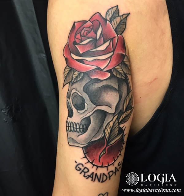 tatuaje brazo rosa calavera logia barcelona illy