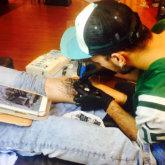 Logia tattoo Sauco tatuando