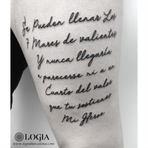 tatuaje pierna lettering poema walk in logia barcelona