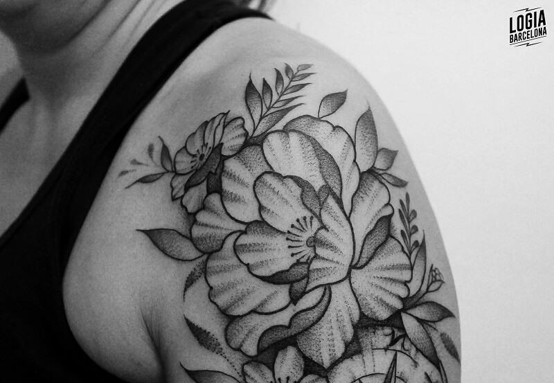 tatuaje hombro blanco y negro flores