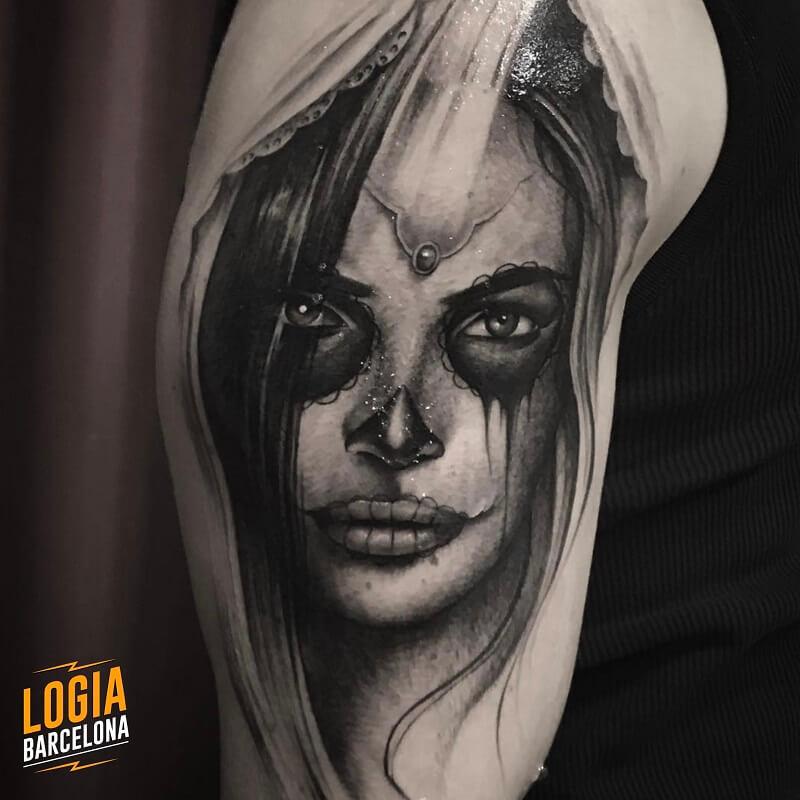 tatuaje hombro blanco y negro catrina