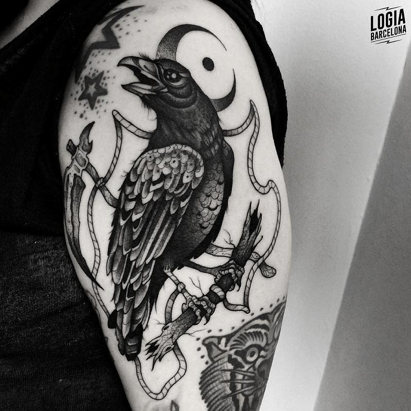 tatuaje hombro blanco y negro cuervo