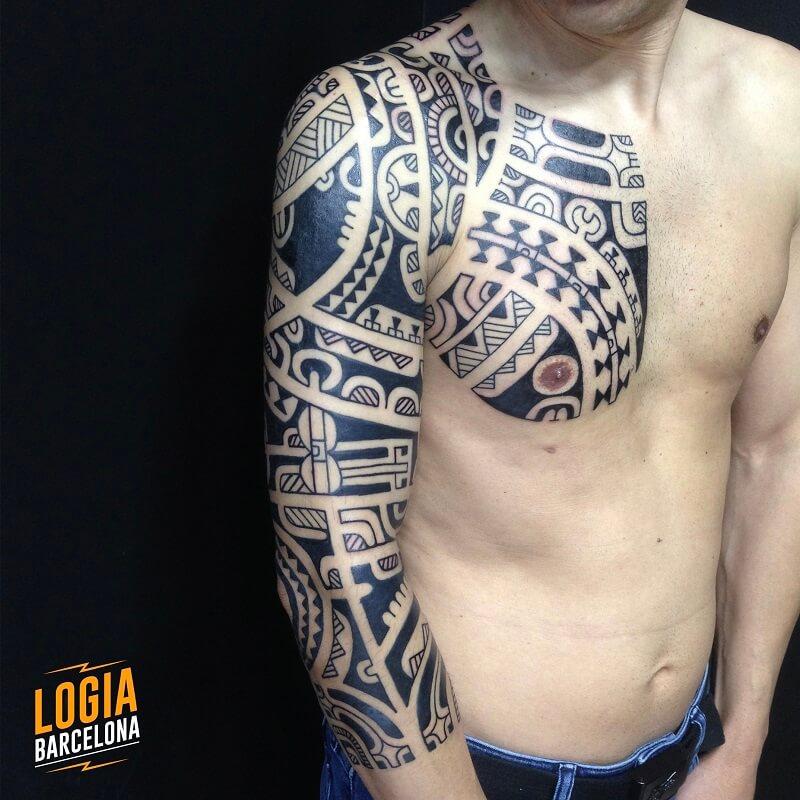 tatuajes tribales maories en el hombro