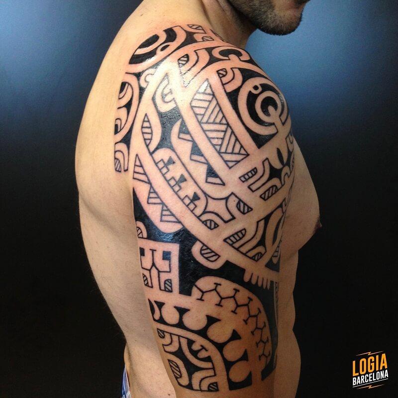 tatuaje tribal maori en el hombro