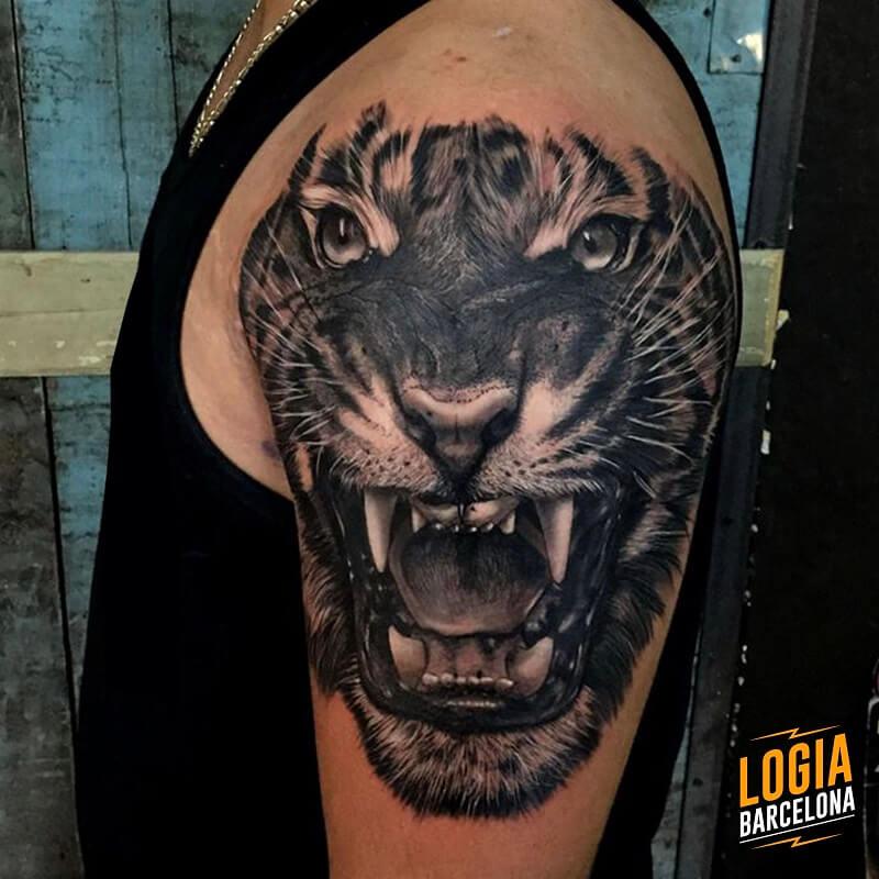 tattoo hombro tigre realismo logia barcelona