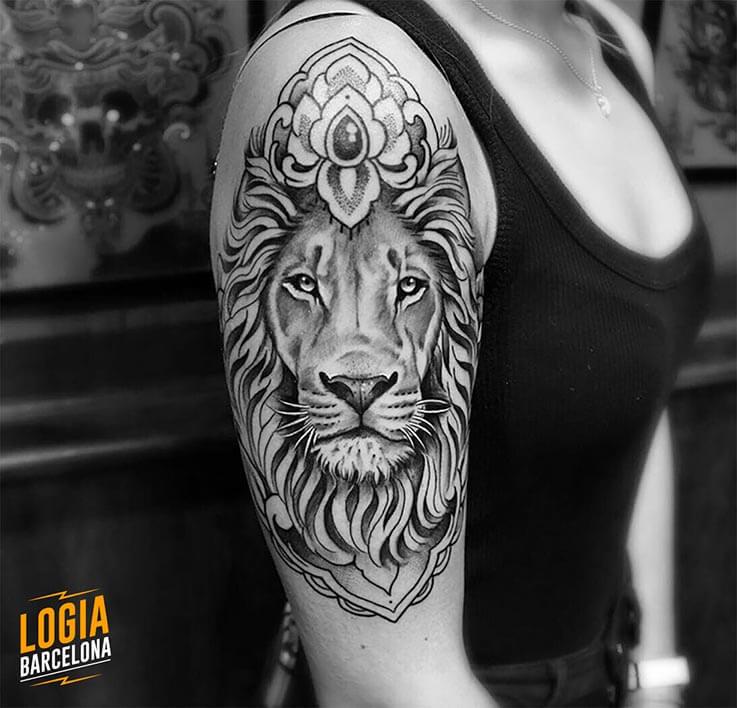 tatuatge espatlla blackwork logia barcelona