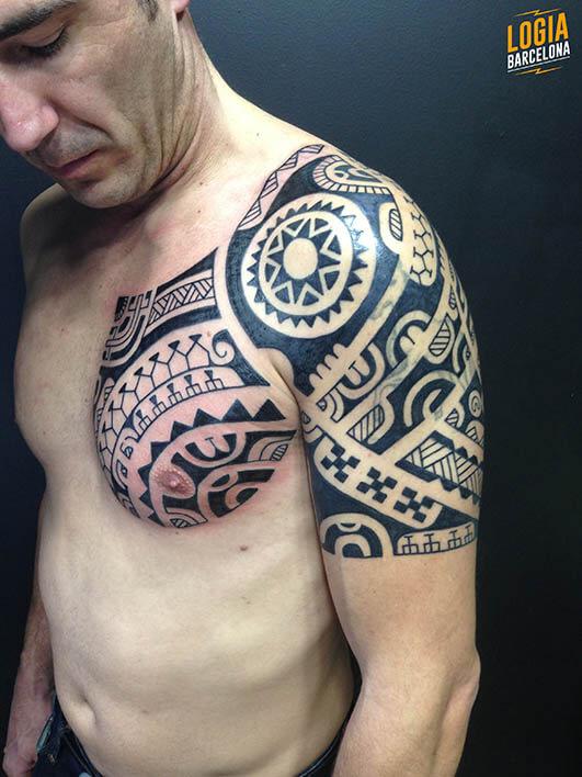 tatuaje maori hombro logia barcelona