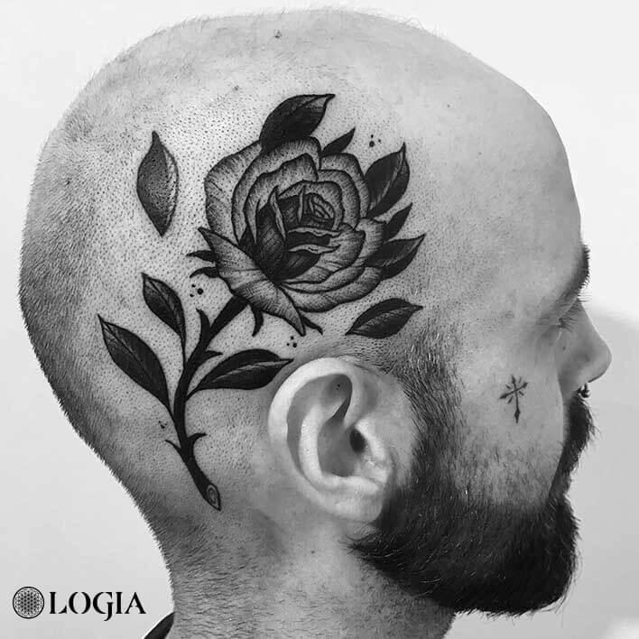 tatuaje rosa en la cabeza