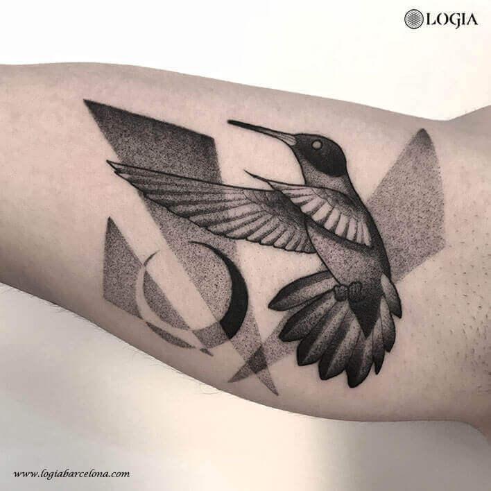 tatuaje antebrazo colibri blackwork logia barcelona pepo
