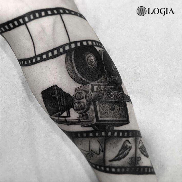tatuaje camara antebrazo Logia Barcelona Pepo