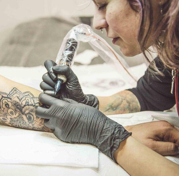 como se hacen los tatuajes Logia Barcelona laura egea foto web