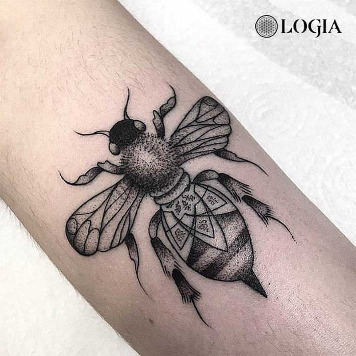 tatuaje antebrazo abeja logia barcelona dylan sutton
