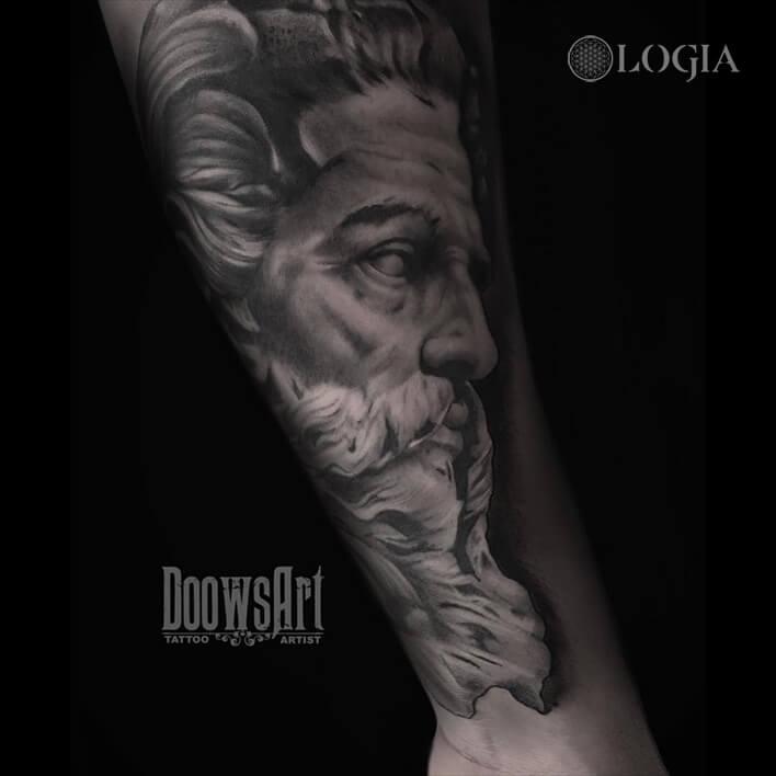 tatuaje brazo zeus logia barcelona doows