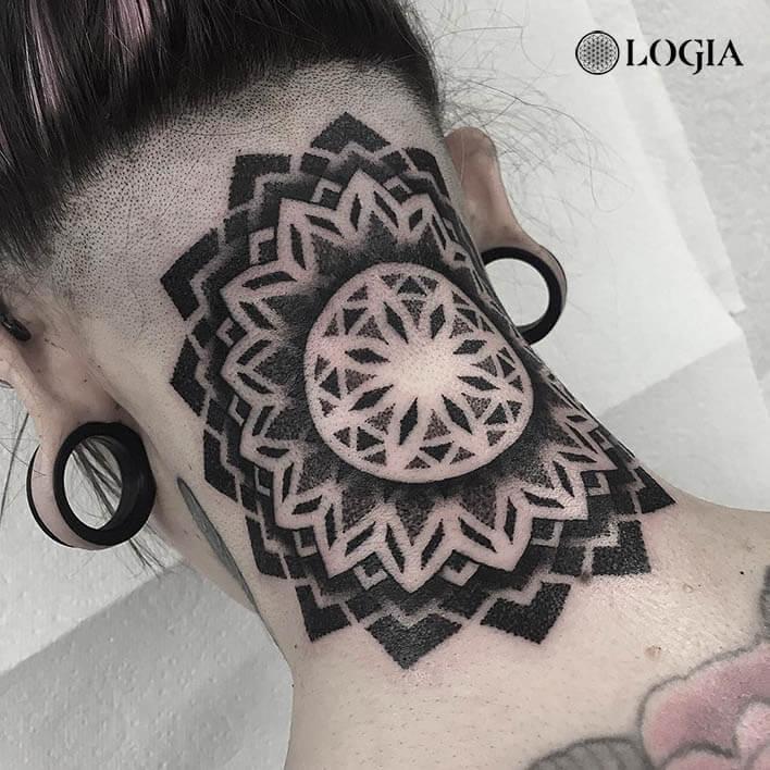 tatuaje en el cuello mandala Logia Barcelona