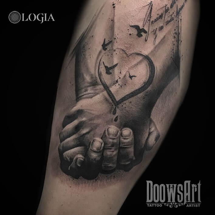 tatuaje brazo manos logia barcelona doows