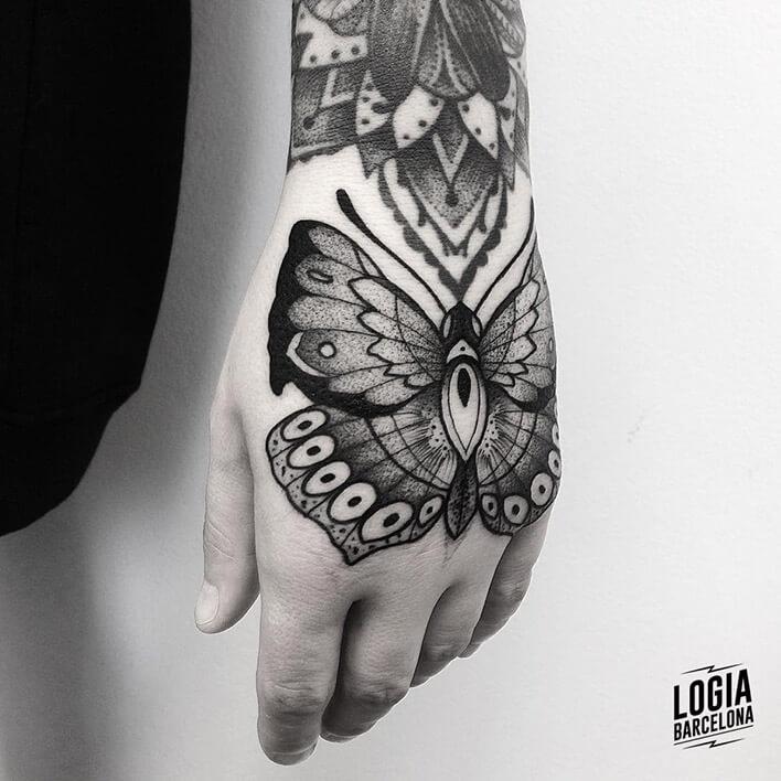 tatuaje mariposa en la mano blackwork, Franki logia barcelona