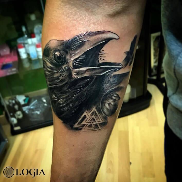 tatuaje antebrazo cuervo logia barcelona Annie Blesok