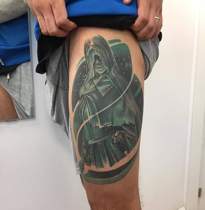 tatuaje en la pierna color zoen logia barcelona