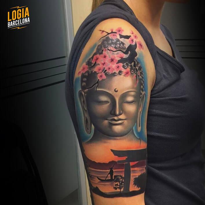 tatuaje buda en el hombro tatuador Leo Valverde Logia Barcelona