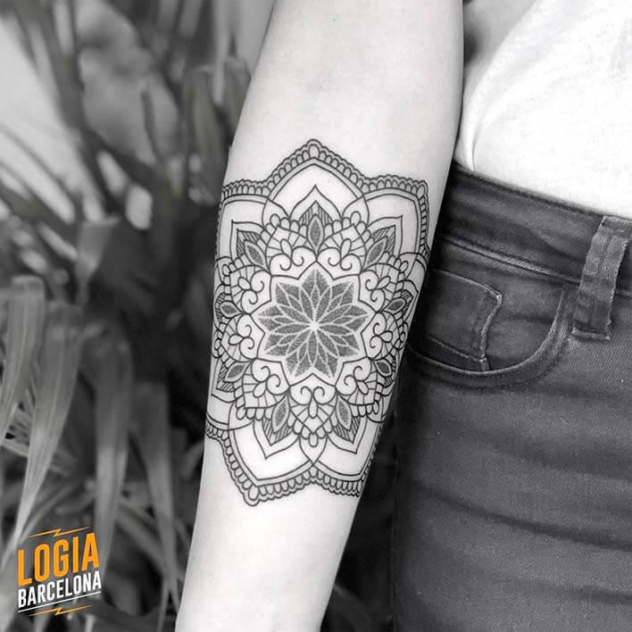 tatuaje antebrazo mandala flor ferran torre