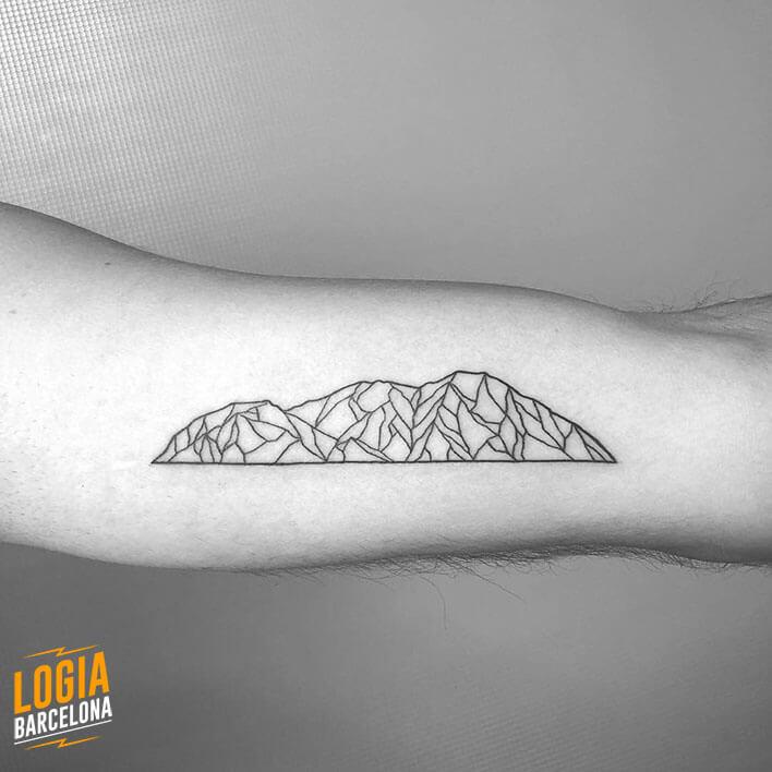 tatuaje brazo montañas geometricas ferran torre